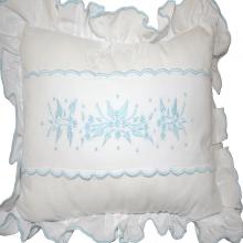 Almofada decorativa branca com bordado manual azul