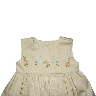 Vestido bordado rosinhas com calcinha - 04 meses